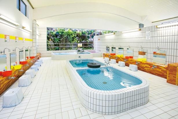浴槽は、男女共に浴室の奥と中央に設置されている。2分割された中央の白湯は、片方がぬるめで子供も入りやすい / 平田温泉