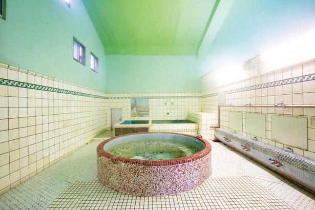 女湯にある85cm角のモザイクタイル絵に注目 / 新元湯