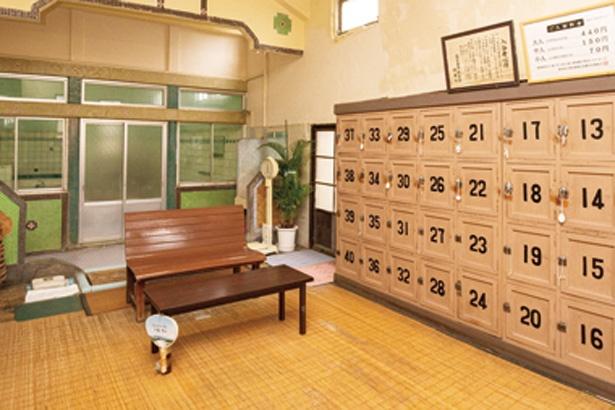 垂れ壁や浴室入口周辺の貴重のタイルをじっくり観察してみよう / 新元湯