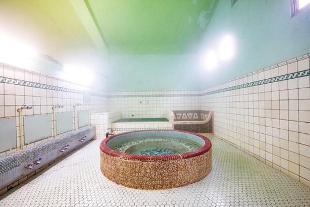【写真を見る】白を基調とした空間に、鮮やかな色を配置したおしゃれな浴室は一見の価値あり! / 新元湯