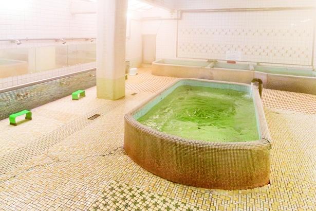 広々とした空間で、井戸水からくみ上げた湯を楽しもう / 金時湯
