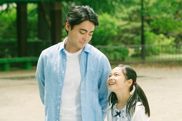 『ステップ』では父・健一(山田孝之)と二人三脚で暮らす娘・美紀を好演