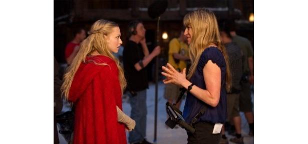 キャサリン・ハードウィック監督(右)から指示を受けるアマダン・サイフリッド
