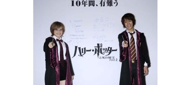 ハリーファンの高橋愛と、全シリーズでハリー・ポッターの日本語吹替を務めた小野賢章(右)