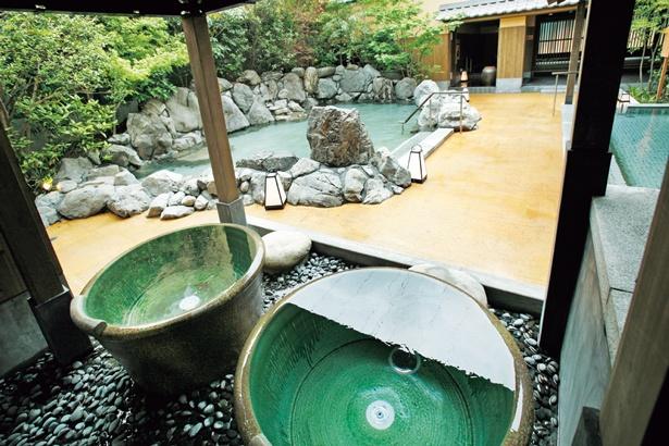 露天風呂にある信楽焼きの「壺湯」/天然温泉 延羽の湯 鶴橋