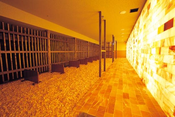 7つの部屋から成る韓国式サウナ「薬石汗蒸房」。岩塩を敷き詰めた「岩塩房」は、ミネラルでデトックス作用を促進/天然温泉 延羽の湯 鶴橋