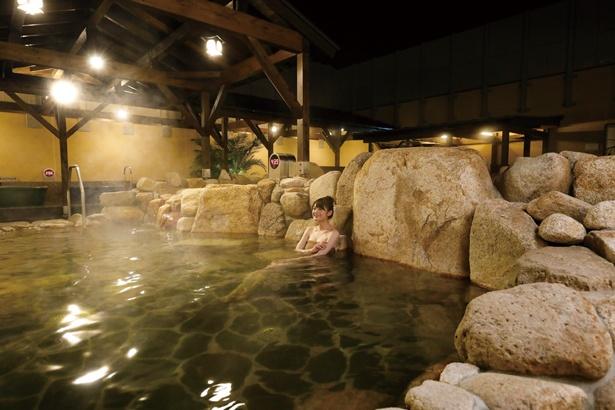 露天エリアにある大岩風呂。地下1089mから湧き出る自慢の天然温泉を満喫/恋野温泉 うはらの湯