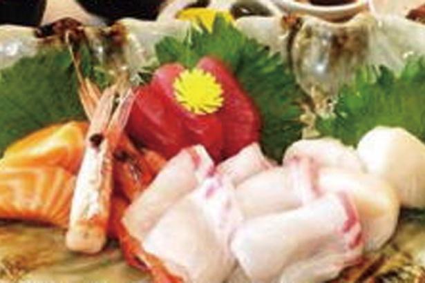 食事処の新鮮・お造り定食は税込1500円(時間11:00〜23:30、LO23:00)/湯源郷 太平のゆ なんば店