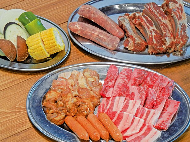 「BBQセット(B)」(1人分 税込 4400円)。飛騨牛、スペアリブ、フランクフルト、野菜などのセット
