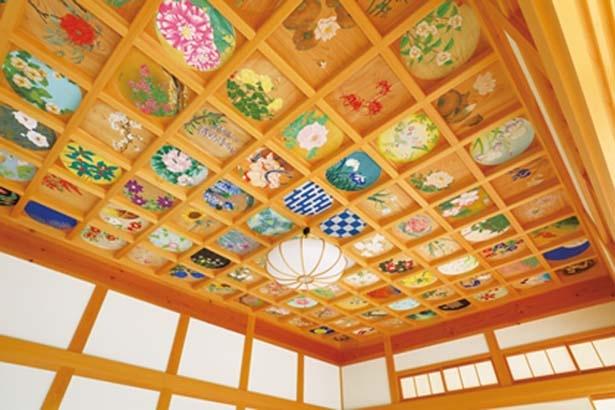 花と日本の風景をテーマに描かれた160枚の天井画。観覧のペースに合わせ、明かりをつけて眺める時間も設けられる/正寿院