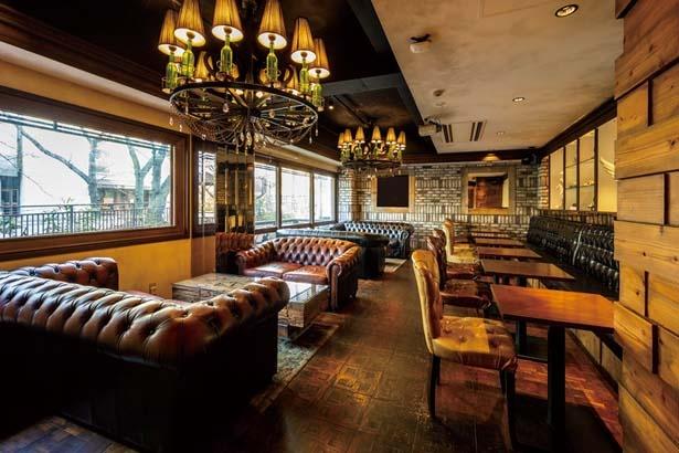 テーブル、カウンター、ソファーとシーンに合わせて利用できる/Cafe Rob京都