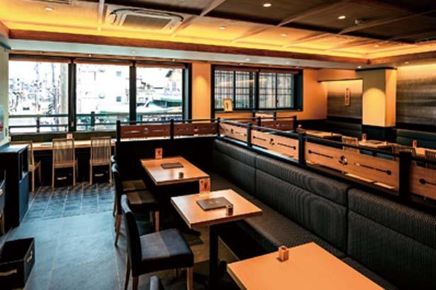 茶房にはテーブル席のほか、四条通が見下ろせるカウンター席も/伊藤久右衛門 祇園四条店
