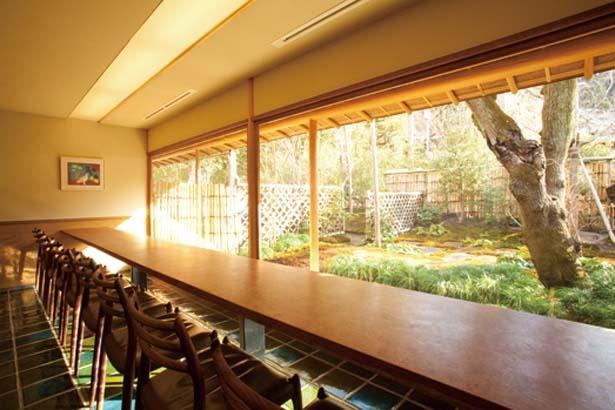 山房をイメージした空間で、庭を眺めながら食事を楽しめる/無碍山房 Salon de Muge