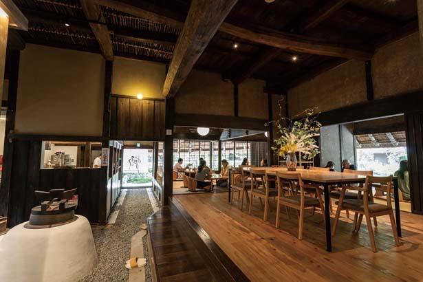 築210年の建物を生かした店内は、窓から見える緑や嵐山らしいゆったりとした空気に癒される/パンとエスプレッソと 嵐山庭園