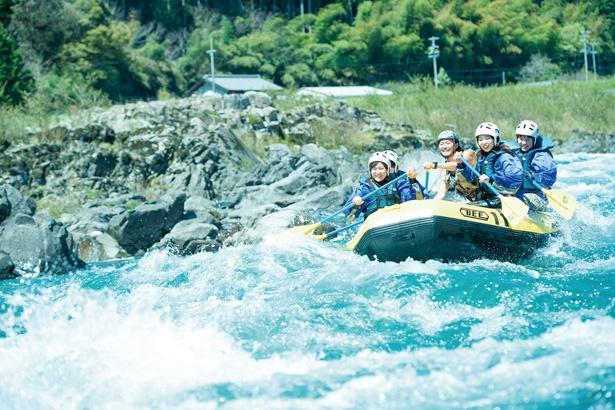 豪快に川を下るラフティングは迫力満点。丁寧なガイドで、初心者や女性でも安全に楽しめる