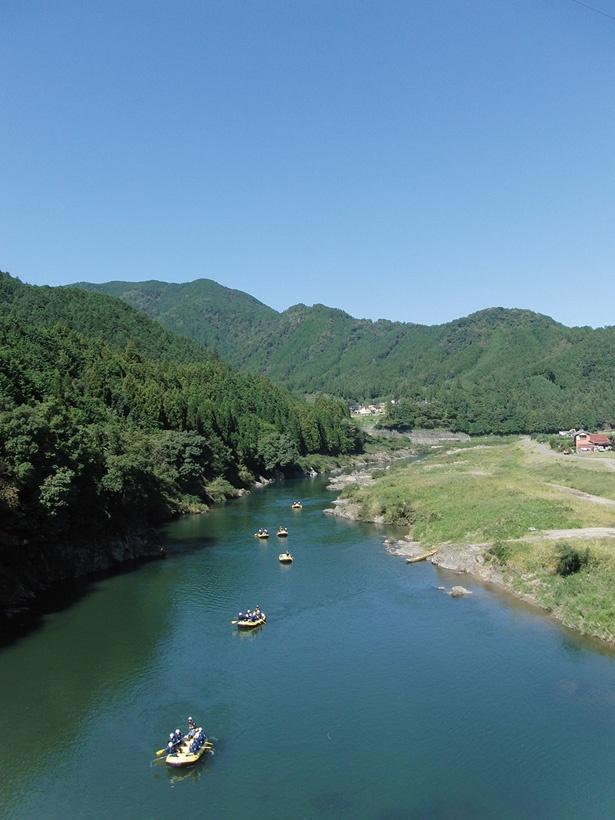 川底まで透き通る清らかな水が特徴の長良川は、絶好のラフティングスポット