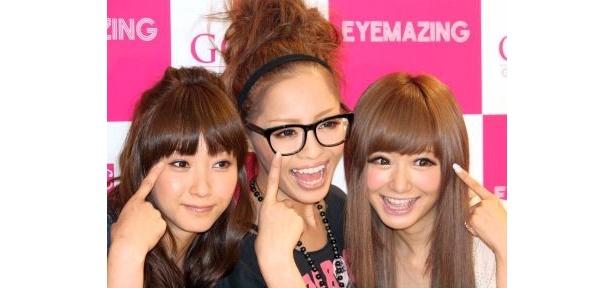 「EYEMAZING」の新商品発表会に登場したタレントの藤本美貴さん、小森純さん、モデルの西川瑞希さん(左から)