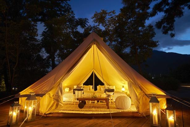 広々としたテント。手が届きそうな満天の星の下、優雅なひと時を過ごそう