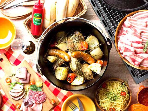 【写真を見る】ダッチオーブン料理など、本格炭火BBQが満喫できる