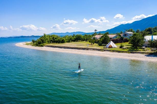 透明度が高い琵琶湖でSUP(60分 税込 3500円)を楽しもう。丁寧なレクチャー付き