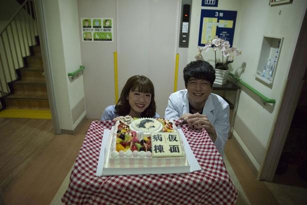 シリアスなシーンの合間に永野が20歳の誕生日を祝福される様子を収めたオフショットが到着!