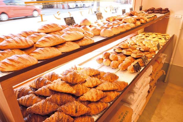 【写真を見る】ベルギー製コールマン発酵バターを使うプレミアムクロワッサン(1個248円)/KYOTO KEIZO BAKERY パンとパティシエ