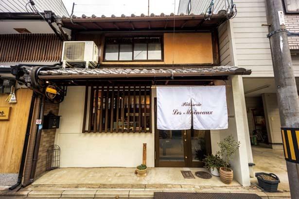築160年の京町家を改装。格子窓も味わい深い/パティスリー レ モワノー