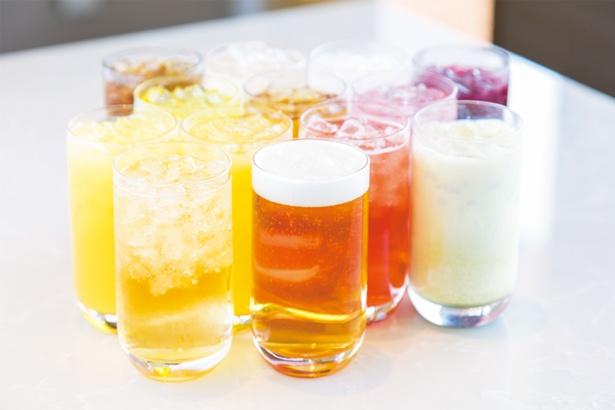 健康茶やスーパーフードドリンクなど約20種から好きなドリンクを1杯選べる。入館料に含まれるサービス/神戸みなと温泉 蓮