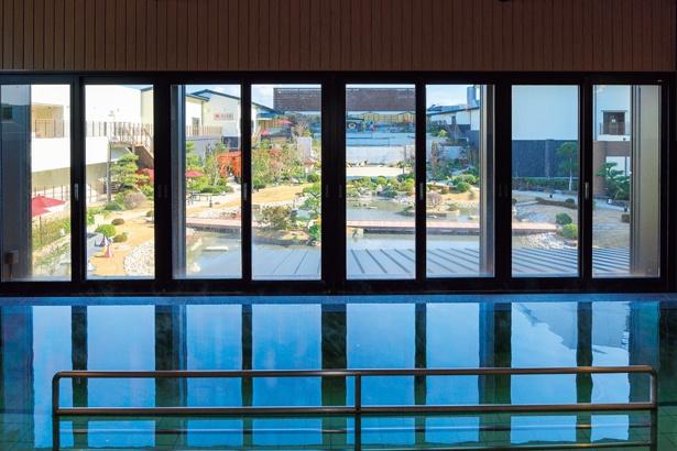外から見えないマジックミラー越しに庭園が見渡せる。同じフロアに露天風呂も/空庭温泉 OSAKA BAY TOWER