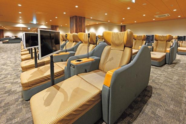 休憩エリアにはリクライナーチェア約200席が。女性専用エリアもあり/空庭温泉 OSAKA BAY TOWER