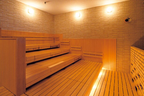 浴室エリアにあるサウナスペースには大画面テレビも設置/空庭温泉 OSAKA BAY TOWER