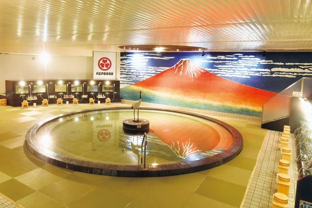 赤富士風呂。湯舟の水面に逆さ富士が映り込む縁起のよさ/大江戸温泉物語 箕面温泉 スパーガーデン