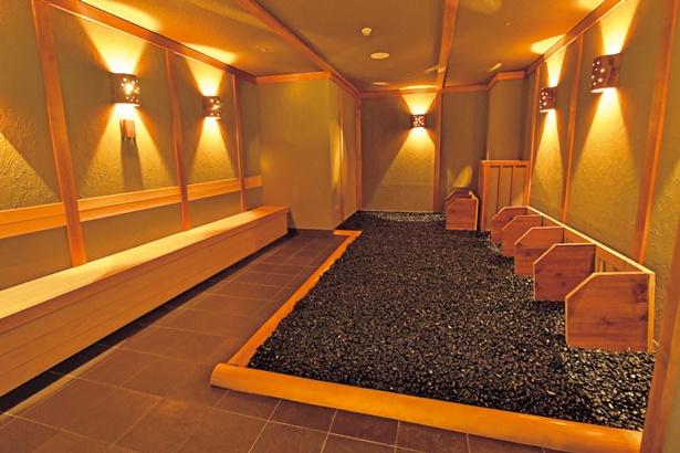 岩盤浴は5種。写真は那智黒石の玉砂利と薬味の香りで体を癒す「那智黒石房」/大江戸温泉物語 箕面温泉 スパーガーデン