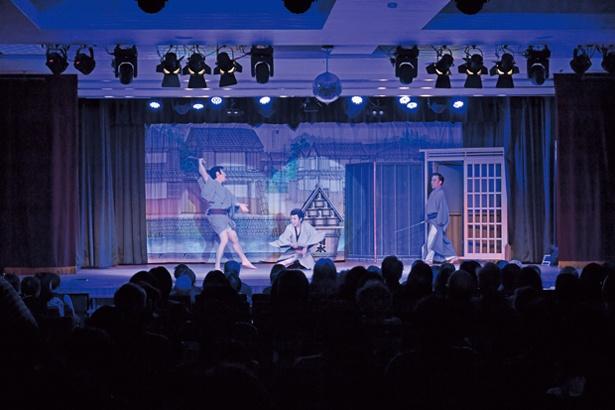劇場では大衆演劇も。写真は「剣戟はる駒座」。ライブ感あふれる芝居と舞踊ショーは圧巻/大江戸温泉物語 箕面温泉 スパーガーデン