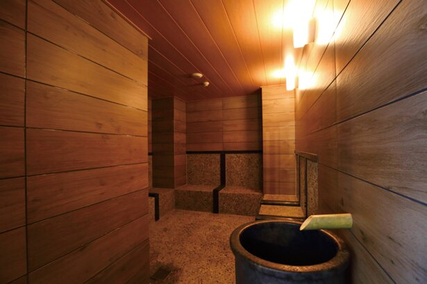 ミネラルミスト浴「座 トージ」は、三重の本店で有料のものがここでは無料で体験できる/アクアイグニス 関西空港 泉州温泉