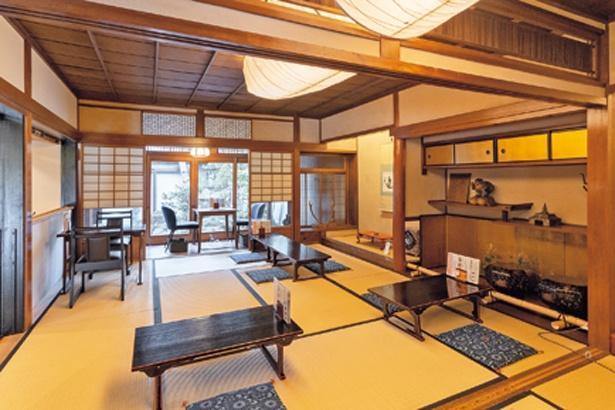 入口右手が茶寮スペース。カウンターと和室の座敷があり、和室からは緑あふれる中庭も見える/菓匠 千壽庵吉宗 奈良総本店
