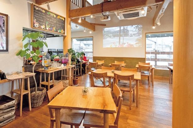 天井が高く開放感あふれる店内は、窓も大きく明るい印象。壁には美しいハワイの景色が映し出される/Big Mountain Cafe&Farm