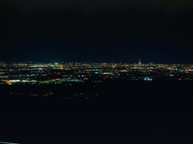 浜松SAや新東名高速道路の車の明かりも見ることができる。滝沢展望台周辺には外灯がないので、懐中電灯を必ず持って行こう