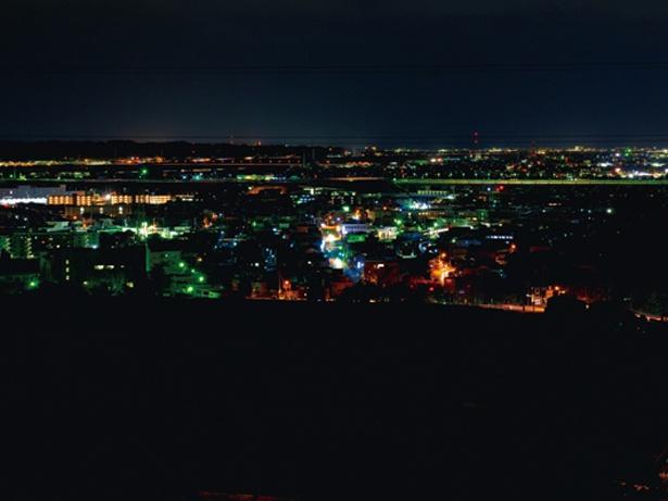 一番近い駐車場からは歩いて3分程度。道中、暗いので懐中電灯はマストだ / 鳥羽山公園