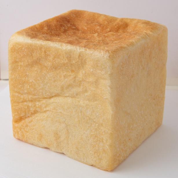 しっとりモチモチ食感の「食パン」(税込 320円)は、すぐに売り切れる看板商品だ / らむぱん