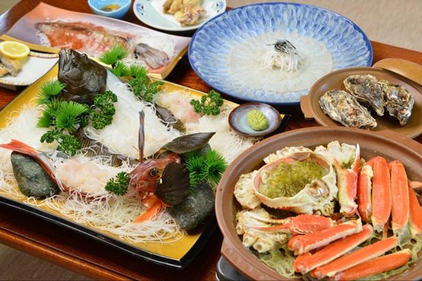 魚のお造りをはじめとした海の幸が贅沢に盛り込まれた「ふぐかにセットコース」