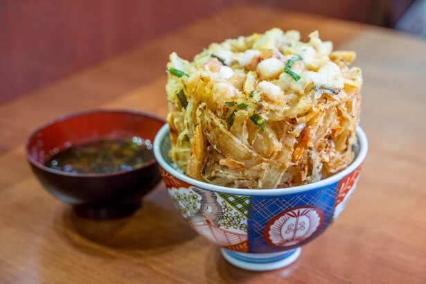 丼に収まりきらないほど大きな「蒲郡海鮮かき揚げ丼」500円(税込)