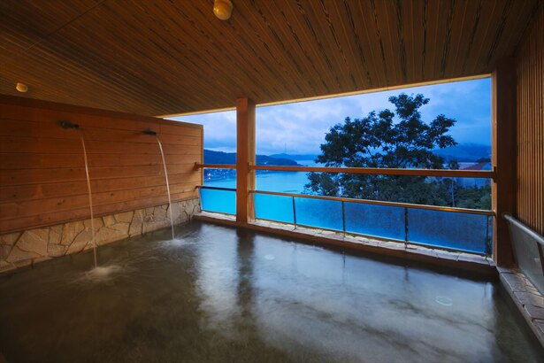 天然温泉を使用した開放感のある露天風呂