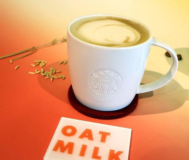 植物性ミルクのオーツミルクを使用したラテ。オーツミルクはまだまだ日本では珍しい