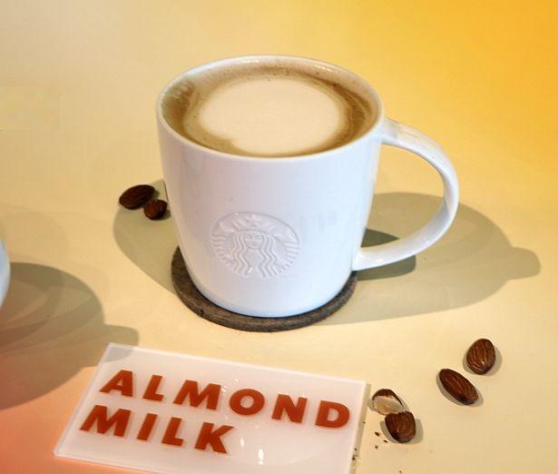 エスプレッソに合うように作られたアーモンドミルクを使用したラテ