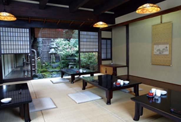 雪見障子から見えるのは、春日灯籠や手水鉢のある坪庭。風情を感じつつ食事を/近為 京都本店