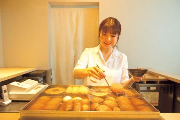 女将の河原奈美さんがカウンター内で迎えてくれる。おでん鍋のふたをあけるとダシの香りがふわりと漂い食欲をそそる/嘗~miso~