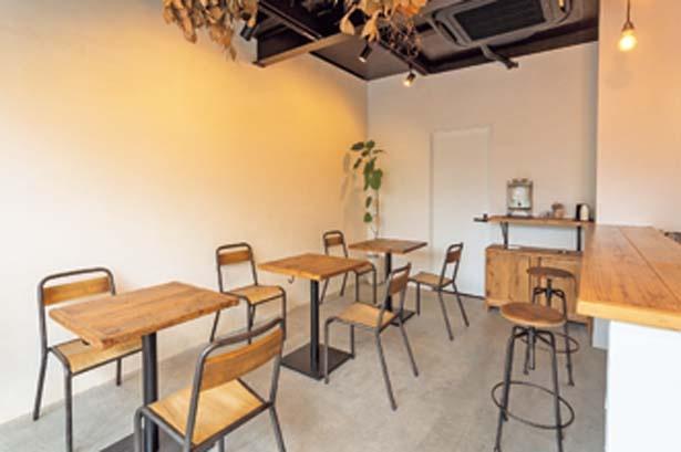築90年の建物を改装した店内。白を基調としたシンプルな空間。カウンター席もある/HAPPY BUNS