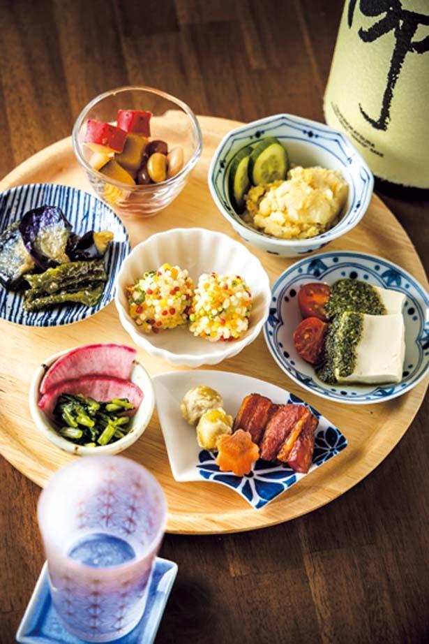 【写真を見る】おかあはんの気まぐれセット(1600円)は7皿のおすすめ料理がセットに/京のSAKESORA