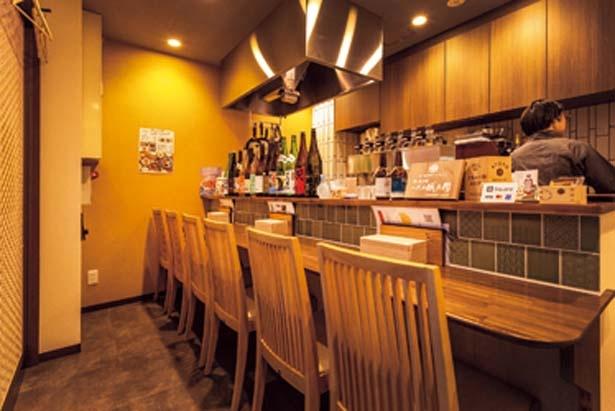 1階のカウンター席のほか2階にテーブル席も/京のSAKESORA